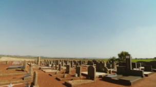 Cementerio donde hay enterrados cuatro granjeros blancos que fueron recientemente asesinados.